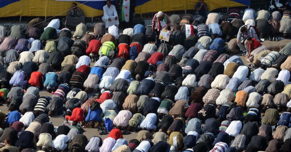 30.nov.2012 - Egípcios rezam na praça Tahrir, nesta sexta-feira (30), no Cairo. Desde o dia 24 manifestantes protestam no local contra o presidente Mohamed Mursi, que assinou um decreto ampliando seus poderes