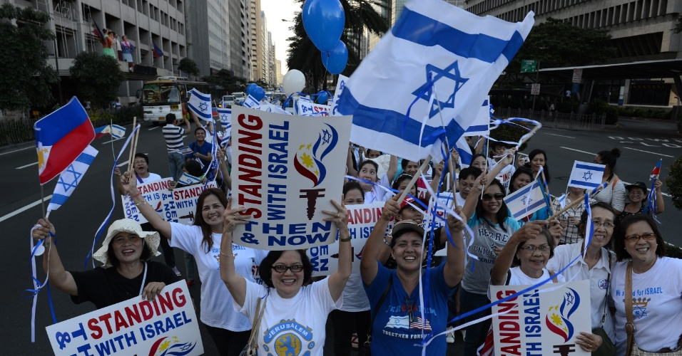 30.nov.2012 - Filipinos simpatizantes de Israel participam de manifestação de apoio ao país, em Manila. Cerca de 200 pessoas participaram do ato, realizado um dia após as Nações Unidas terem elevado a Palestina à condição de Estado observador
