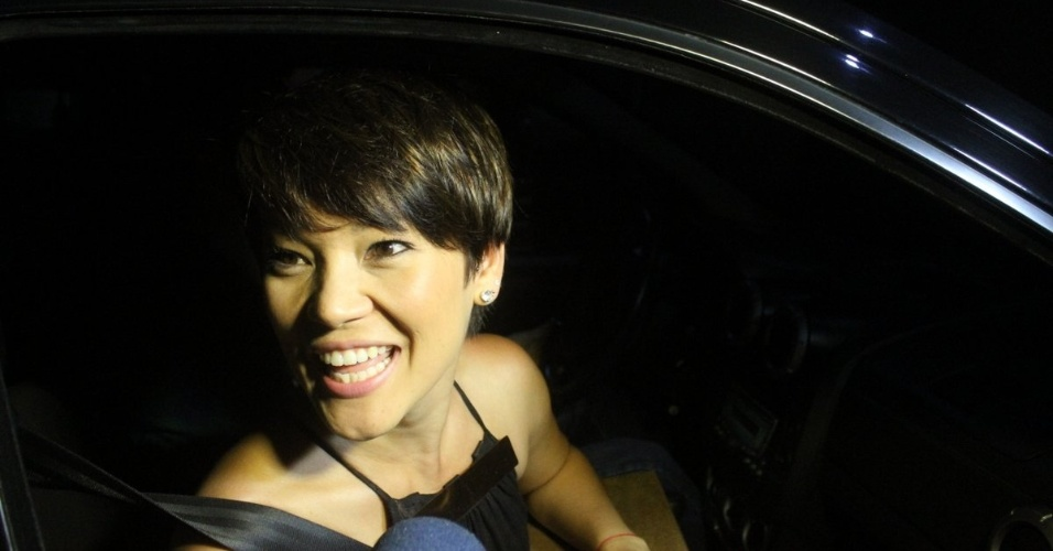 30.nov.2012 - Geovanna Tominaga chega no aniversário de 39 anos de Angélica na casa da apresentadora em São Conrado, Rio de Janeiro