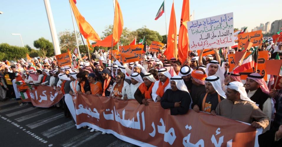 30.nov.2012 - Kuaitianos bloquiam rua na cidade de Kuwait durante manifestação contra o emir Sheikh Sabah al-Ahmad al-Sabah, nesta sexta-feira (30). Ele alterou uma lei eleitoral que já havia sido aprovada pela Justiça. Apesar de banidos, os partidos políticos de oposição continuam atuando no país