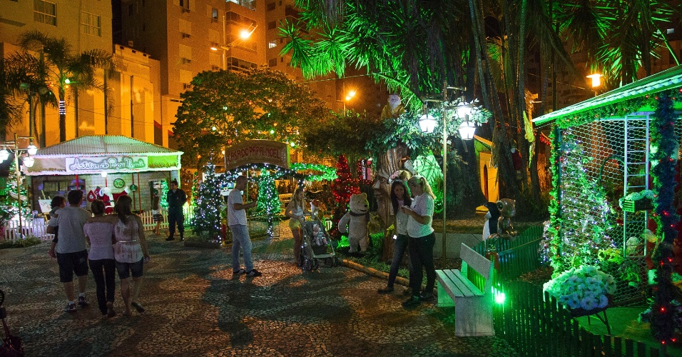 """30.nov.2012 - Moradores visitam praça Higino Pio, no centro de Balneário Camboriú (SC), que ganhou decoração natalina com o tema """"Cidade Encantada"""""""