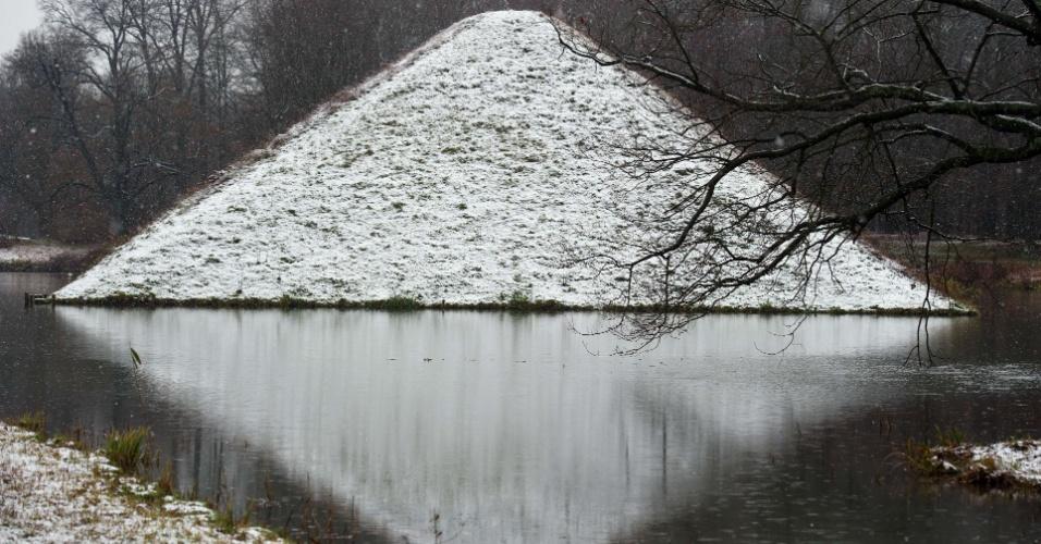 30.nov.2012 - Neve cobre pirâmide em lago no parque Fuerst-Pueckler, nesta sexta-feira (30), em Branitz (Alemanha). O conde Hermann Ludwig Heinrich von Pueckler-Muskau, morto em 1871, era um apaixonado por paisagismo e está enterrado dentro da pirâmide