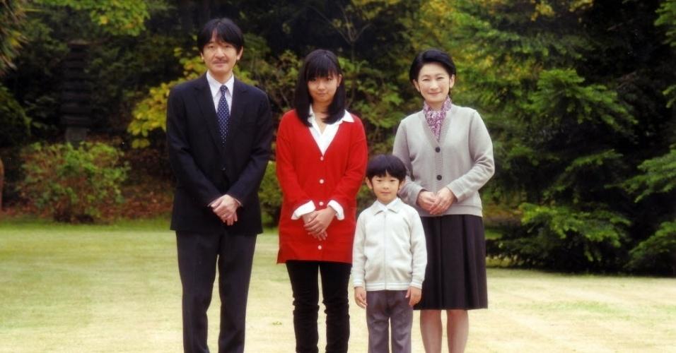 30.nov.2012 - O príncipe Akishino posa para foto ao lado da esposa, a princesa Kiko (à direita), e dos filhos, o príncipe Hisahito e a princesa Kako, em sua casa em Tóquio (Japão)