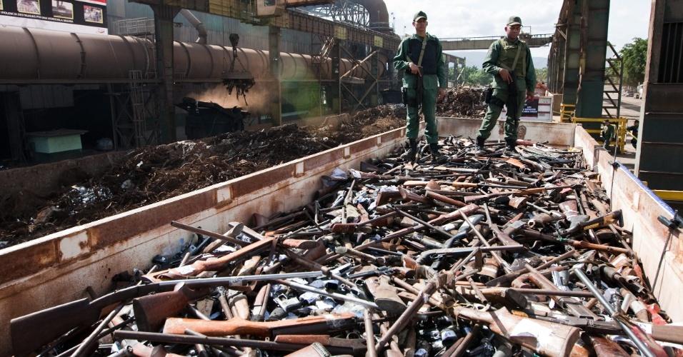 30.nov.2012 - Os ministérios da Justiça e do Interior da Venezuela destruíram nesta sexta-feira 34.509 armas de fogo, que haviam sido apreendidas pelas autoridades venezuelanas, na cidade de Barquisimeto