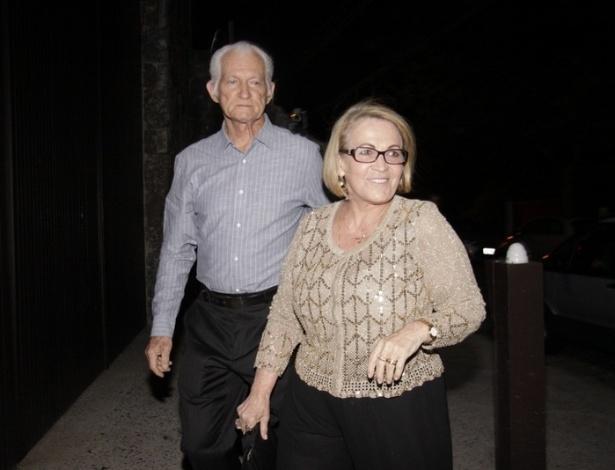 30.nov.2012 - Os pais de Angélica chegam ao aniversário de 39 anos da filha na casa da apresentadora em São Conrado, Rio de Janeiro