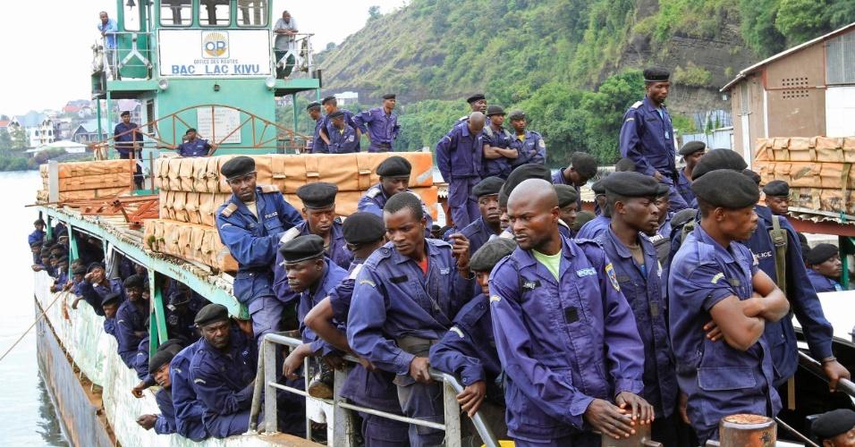 30.nov.2012 - Policiais congoleses chegam de balsa ao porto do lago Kivu, nesta sexta-feira (30), em Goma. Os rebeldes do grupo M23 se comprometeral a deixar a cidade hoje. Ontem um general das tropas do governo afirmou que apenas a guerra poderia resolver a rebelião no local