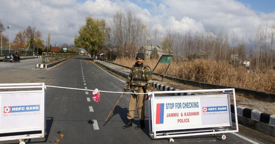 30.nov.2012 - Soldado vigia posto de controle montado em Srinagar, nesta sexta-feira (30), na Índia. As autoridades impuseram, desde quinta-feira, um toque de recolher na cidade, após distúrbios motivados pela profanação de uma imagem religiosa eclodirem no local