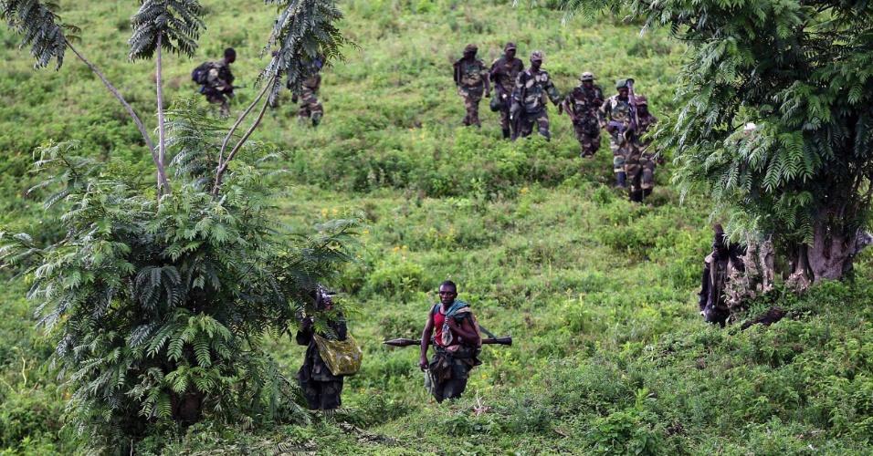 30.nov.2012 - Soldados do grupo rebelde M23 marcham em retirada da cidade de Sake, nesta sexta-feira (30), nos arredores de Goma (Congo). Ontem um general das tropas do governo afirmou que apenas a guerra poderia resolver a rebelião no local