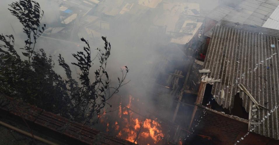 30.nov.2012 - Um grande incêndio atingiu a favela da Paraisópolis, na região do Morumbi, zona sul de São Paulo. Com isso, sobe para 38 o número de ocorrências de incêndios em favelas em São Paulo em 2012