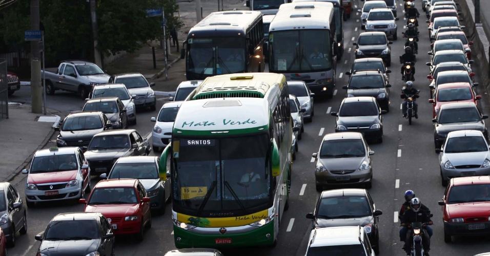 30.nov.2012 - Veículos avançam lentamente na avenida dos Bandeirantes, zona sul de São Paulo, nesta sexta-feira (30)