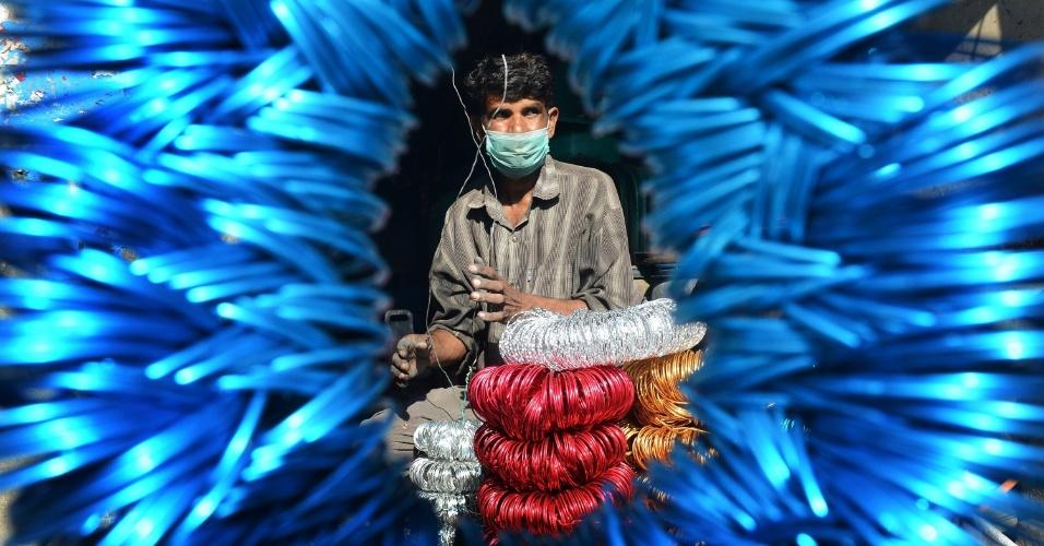 30.nov.2012 - Vendedor paquistanês arruma pulseiras, nesta sexta-feira (30), em Lahore