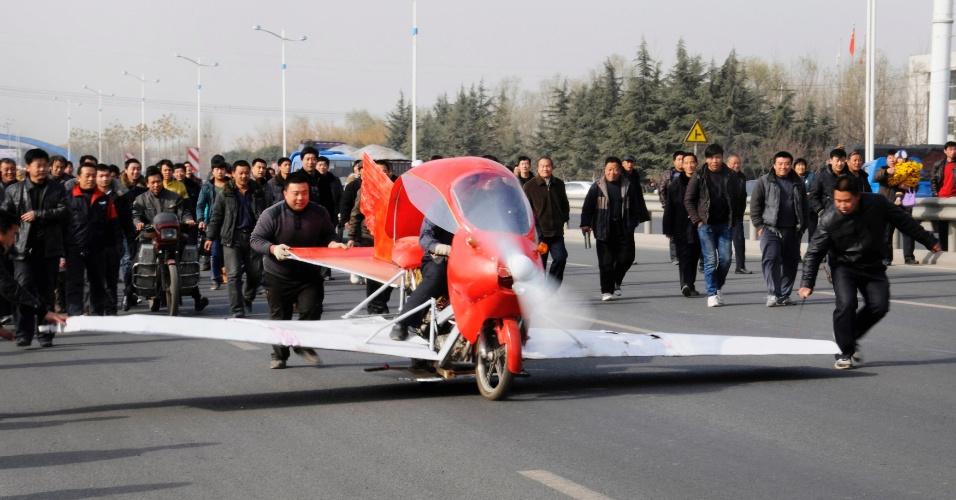 30.nov.2012 - Zhang Xuelin pilota o avião que ele mesmo construiu durante um teste, nesta sexta-feira (30), em Jinan (China). A aeronave custou 2.000 yuan (R$ 640), demorou 11 meses para ficar pronta e foi construída ao redor de uma motocicleta
