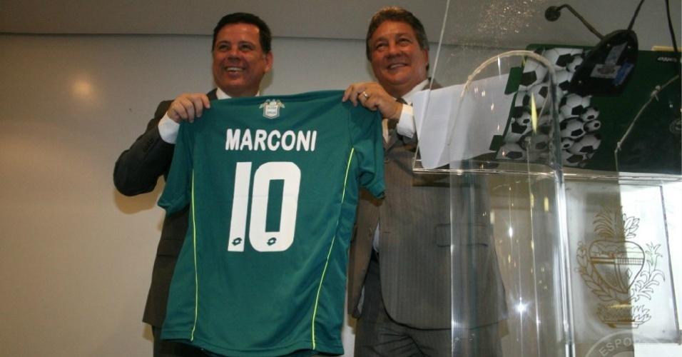 Marconi Perillo (e) recebe uma camisa do Goiás das mãos do presidente João Bosco Luz