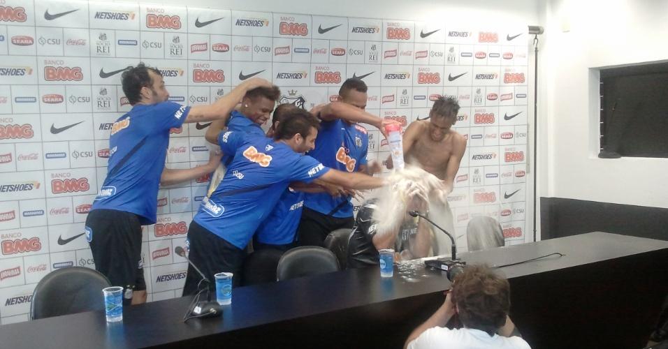 Neymar, André, Bill, Felipe Anderson, Léo e Edu Dracena invadiram sala de imprensa