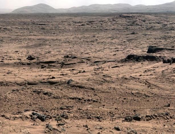 O árido panorama da paisagem marciana, em mosaico de fotos retiradas pelo Curiosity, o jipe cujo objetivo é procurar vida orgânica no planeta