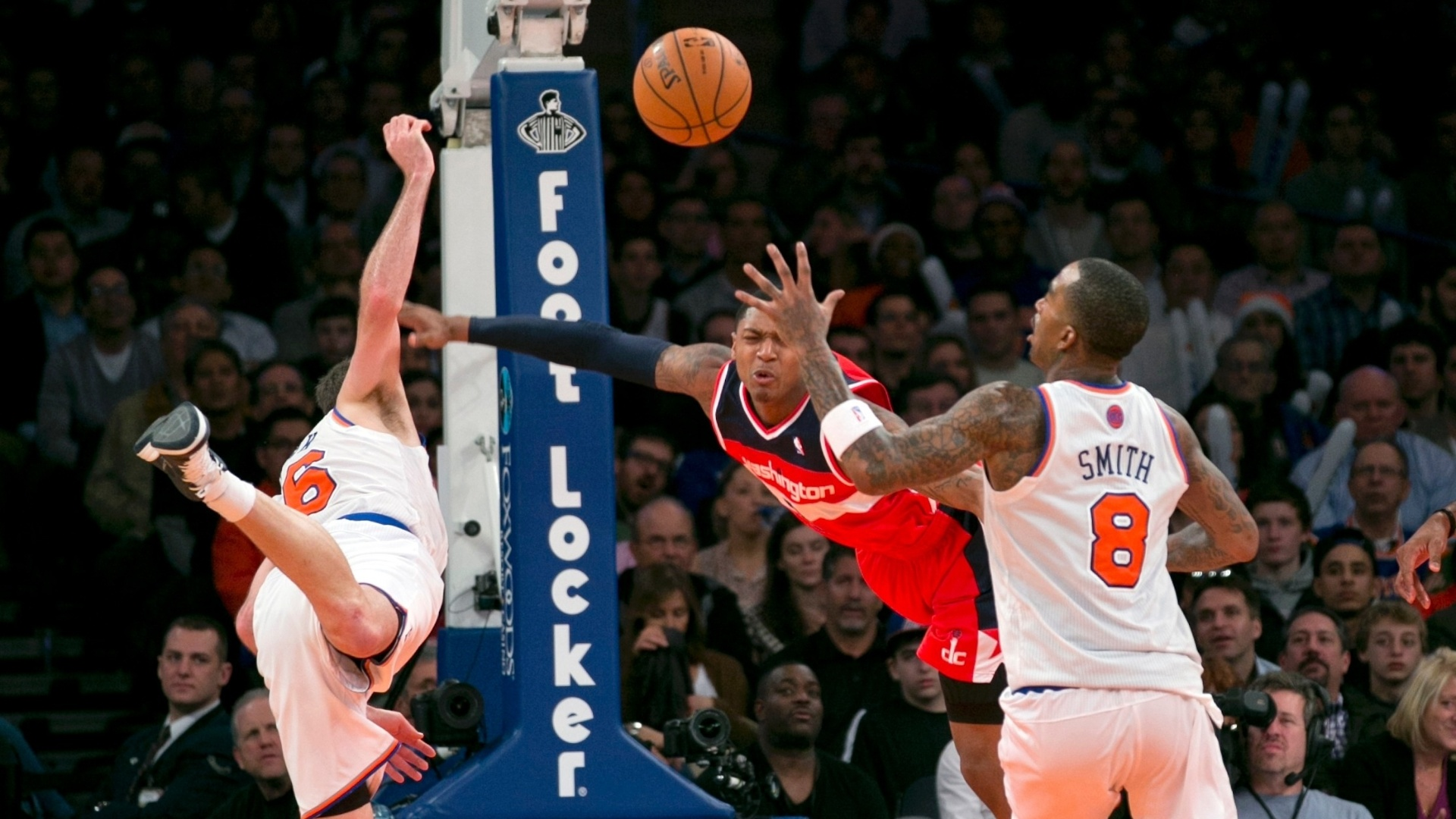 01.dez.2012 - Bradley Beal, do Washington Wizards (no centro), tenta bloquear a jogada de Steve Novak (à direita), do New York Knicks, em partida válida pela NBA.