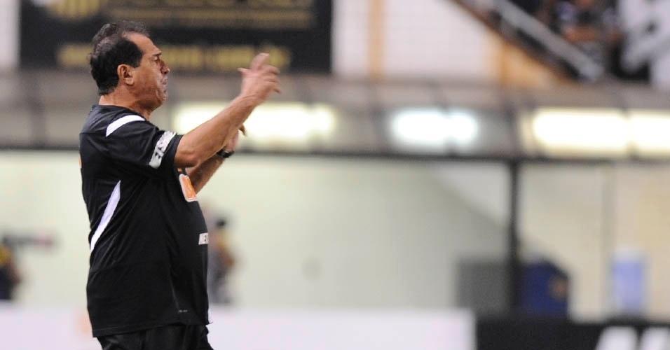 01.dez.2012 - Muricy Ramalho, técnico do Santos, gesticula durante a vitória da equipe sobre o Palmeiras