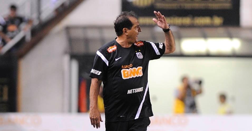 01.dez.2012 - Muricy Ramalho, técnico do Santos, reclama durante a vitória da equipe sobre o Palmeiras