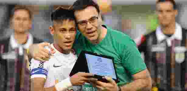 Santos homenageia palmeirense Joelmir Beting com Neymar entregando ... 8ebed621dfa20