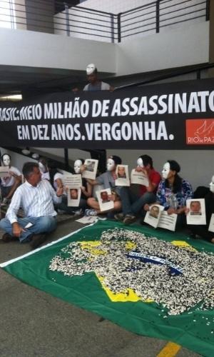 01.dez.2012 - ONG faz protesto contra violência em frente ao local do sorteio da Copa das Confederações