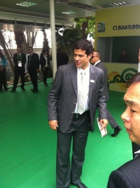 01.dez.2012 - Raí, um dos convidados para a cerimônia de sorteio dos grupos da Copa das Confederações, chega ao Anhembi, em São Paulo.