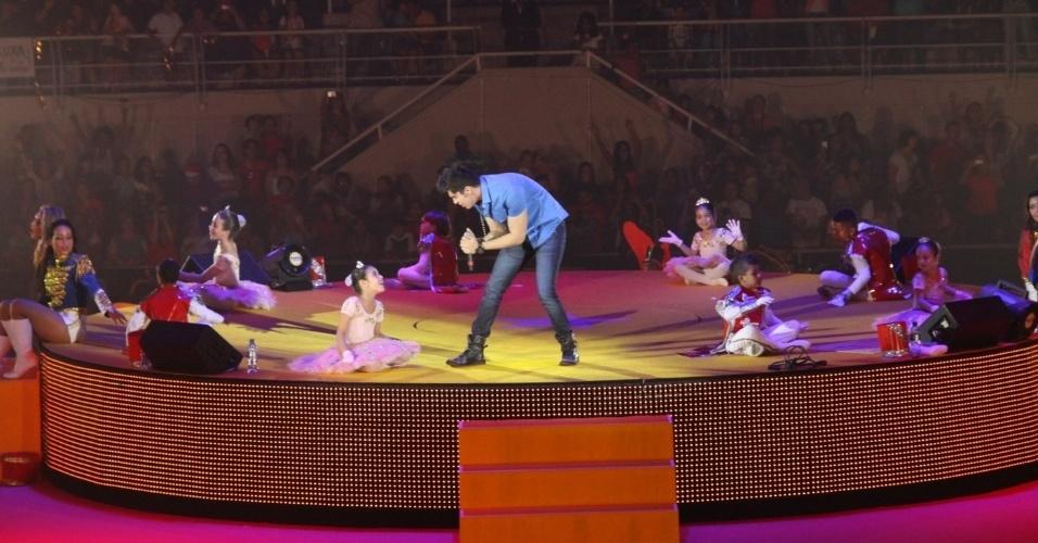 """1.dez.2012 - O cantor Luan Santana se apresenta no show """"Natal Mágico"""", no Maracanãzinho, no Rio de Janeiro"""