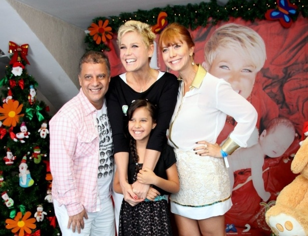 """1.dez.2012 - Xuxa posa para fotos com a atriz Simone Soares, no """"Natal Mágico"""", no Maracanãzinho, no Rio de Janeiro"""