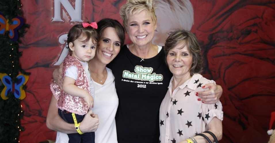"""1.dez.2012 - Xuxa tira foto com a atriz Fernanda Pontes (à esq), no show """"Natal Mágico"""", no Maracanãzinho, no Rio de Janeiro"""