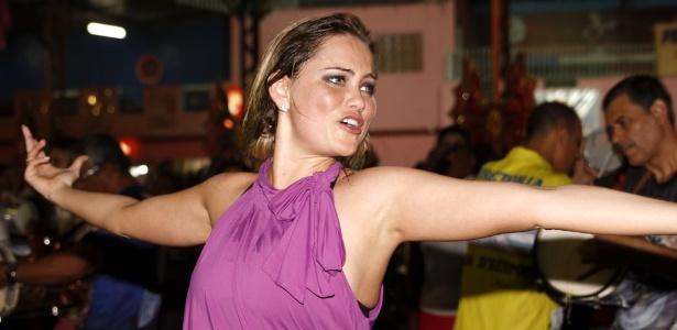 30.nov.2012 - Ellen Rocche desfila no ensaio da Escola Rosas de Ouro, em São Paulo - AgNews