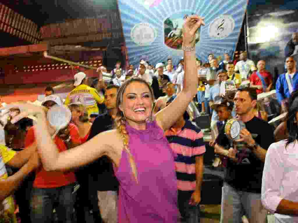 30.nov.2012 - Ellen Rocche desfila no ensaio da Escola Rosas de Ouro, em São Paulo - Leandro Moraes/UOL