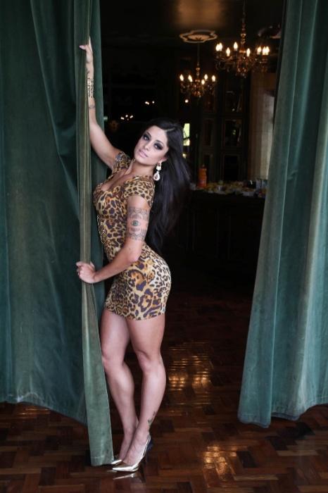 """Aline Riscado, dançarina do """"Domingão do Faustão"""", faz ensaio com roupas sensuais para uma grife em um clube noturno em São Paulo. A dançarina desenhou algumas peças da nova coleção (1/12/12)"""