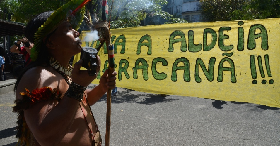 Manifestante durante protesto no Rio de Janeiro contra a privatização do Maracanã e a demolição do prédio do antigo Museu do Índio
