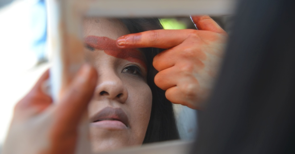 Manifestante se prepara para participar de passeata contra privatização do Maracanã