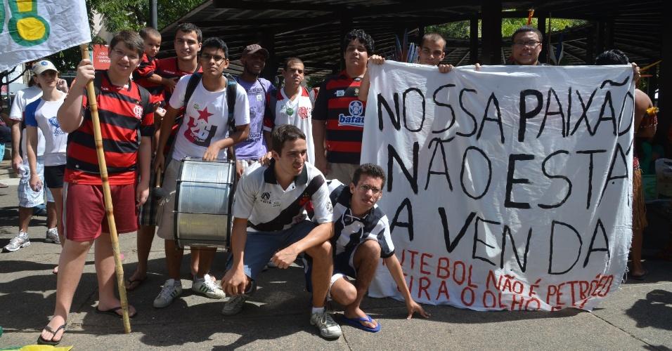 Manifestantes durante protesto no Rio de Janeiro contra a privatização do Maracanã