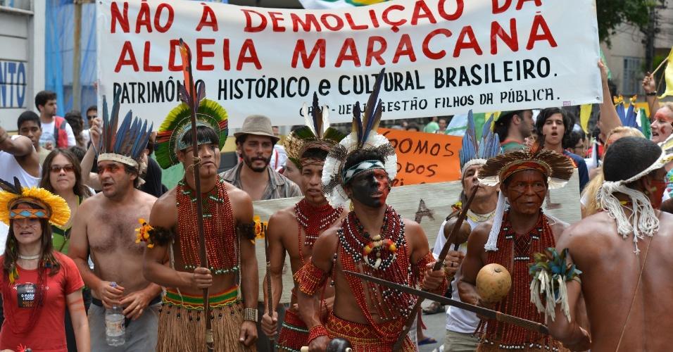 Manifestantes durante protesto no Rio de Janeiro contra a privatização do Maracanã e a demolição do prédio do antigo Museu do Índio