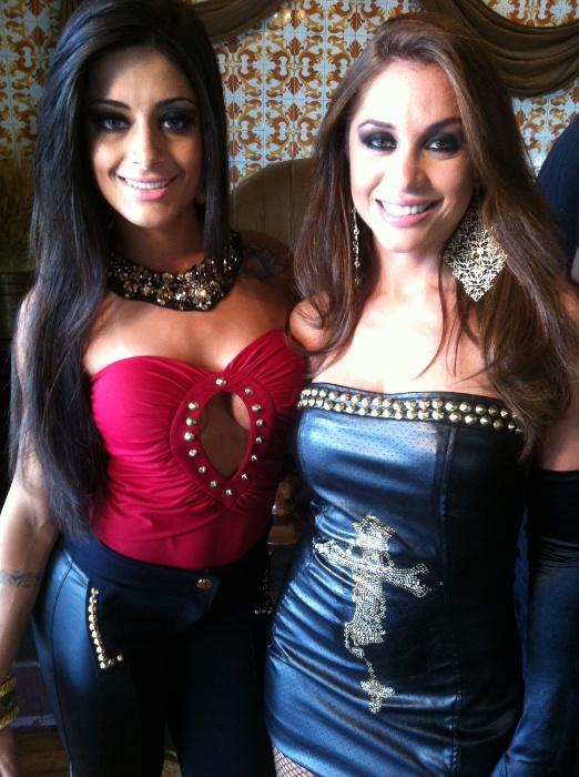 """Maria Melilo (à dir) e a dançarina do """"Domingão do Faustão"""", Aline Riscado, fazem ensaio com roupas sensuais para uma grife em um clube noturno em São Paulo (1/12/12)"""