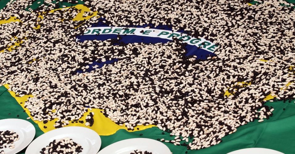 No protesto, foram usados 50 mil grãos de feijão, que representam o número de homicídios por ano no Brasil