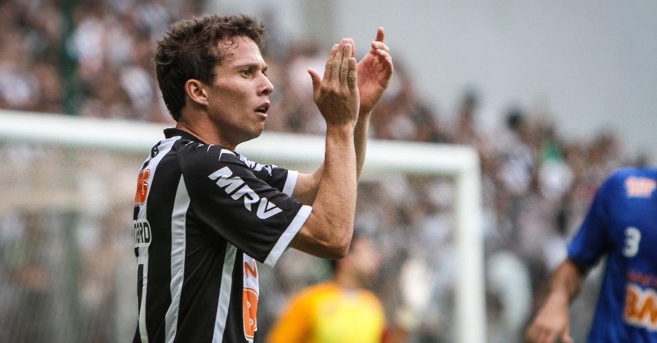 02.dez.2012 - Bernard comemora depois de abrir o placar para o Atlético-MG na partida contra o Cruzeiro, pelo Campeonato Brasileiro