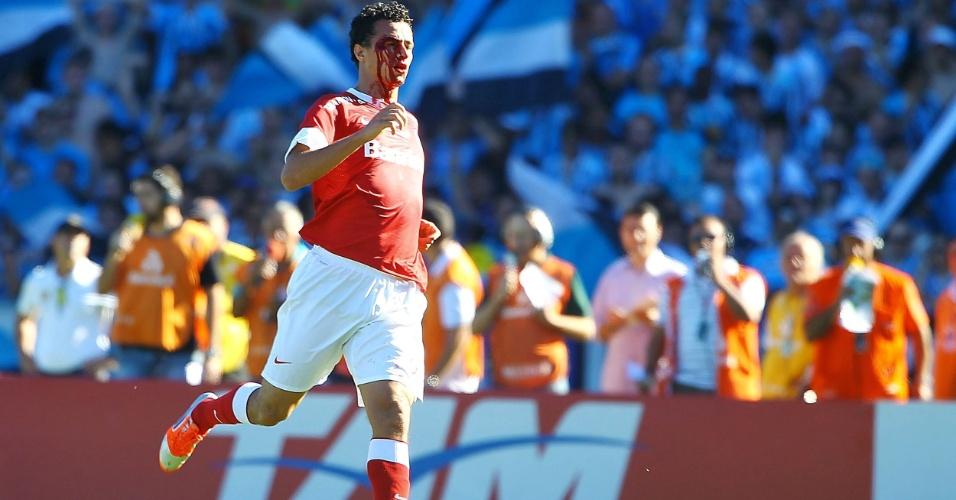 02.dez.2012 - Leandro Damião, atacante do Internacional, machucou a cabeça durante a partida contra o Grêmio, no Olímpico, pela última rodada do Brasileirão