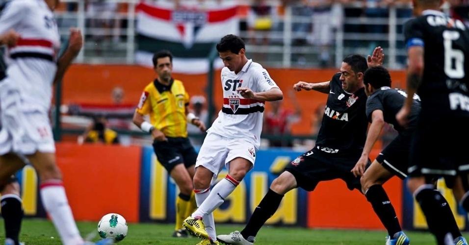 02.dez.2012 - Paulo Henrique Ganso faz o passe diante da marcação do zagueiro Chicão no clássico do São Paulo contra o Corinthians, no Pacaembu, pelo Brasileirão