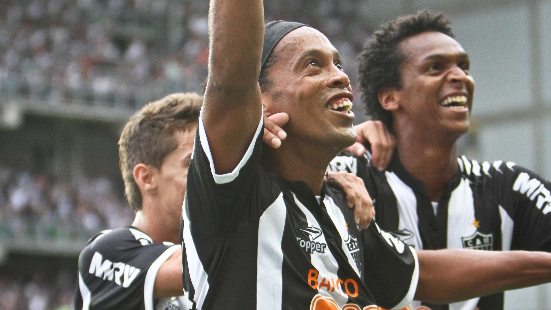 02.dez.2012 - Ronaldinho Gaúcho comemora depois de marcar para o Atlético-MG na vitória sobre o Cruzeiro por 3 a 2, pelo Brasileirão