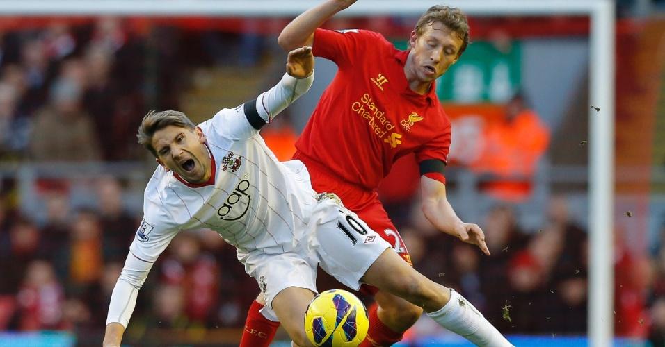 1.dez.2012 - Volante brasileiro Lucas Leiva, do Liverpool, tenta roubar bola de Gastón Ramírez, do Southampton, durante partida do Campeonato Inglês
