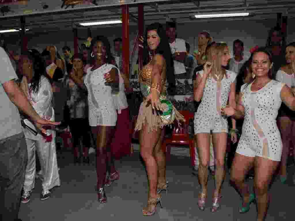 1.dez.2012: Uma noite depois de ficar em terceiro lugar no concurso Miss Bumbum 2012, Camila Vernaglia participa de ensaio da escola de samba X9 Paulistana, em São Paulo - Orlando Oliveira/AgNews