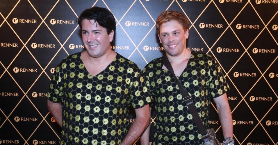 2.dez.12 - André Ramos e Bruno Chateaubriand vão juntos ao camarote do patrocinador do show da Madonna, no Rio