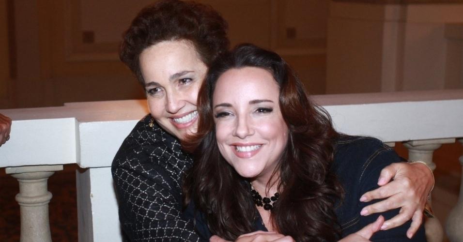 2.dez.12 - Claudia Jimenez e Ana Carolina se encontram no ponto para ir ao camarote do patrocinador do show da Madonna, no Rio