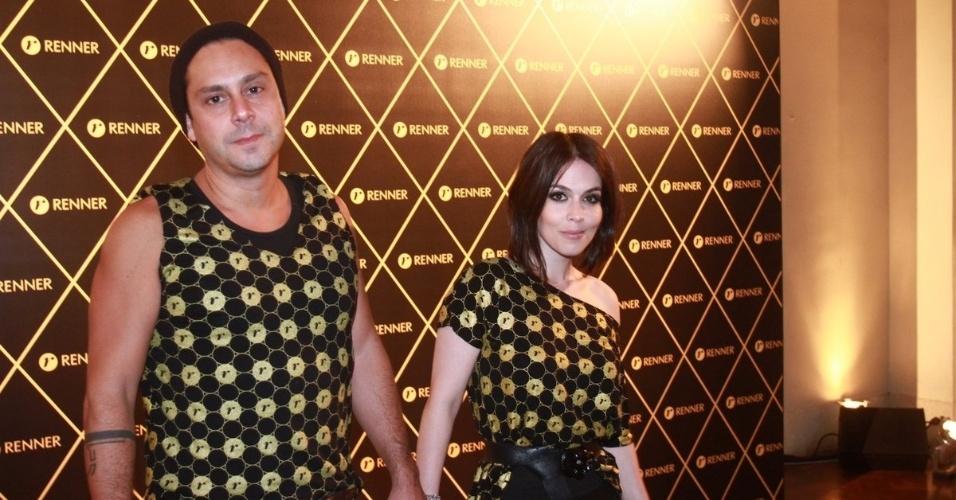 2.dez.12 - O casal Alexandre Nero e Karen Brustolin vai junto ao camarote do patrocinador do show da Madonna, no Rio