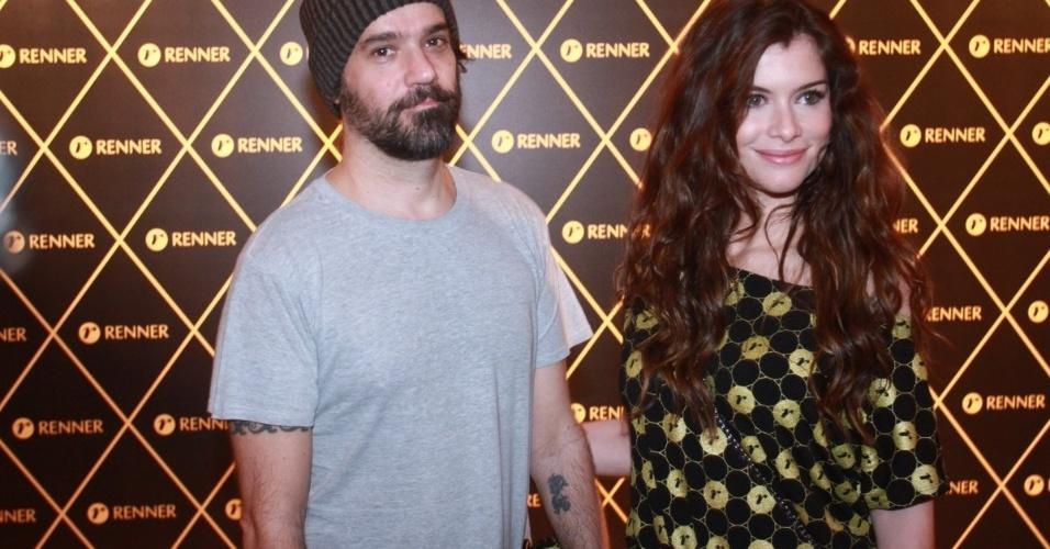 2.dez.12 - O casal Mauro Lima e Alinne Moraes vai junto ao camarote do patrocinador do show da Madonna, no Rio
