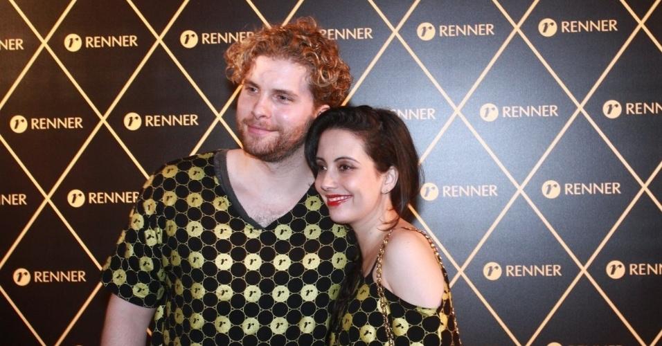 2.dez.12 - O casal Thiago Fragoso e  Mariana Vaz vai junto ao camarote do patrocinador do show da Madonna, no Rio