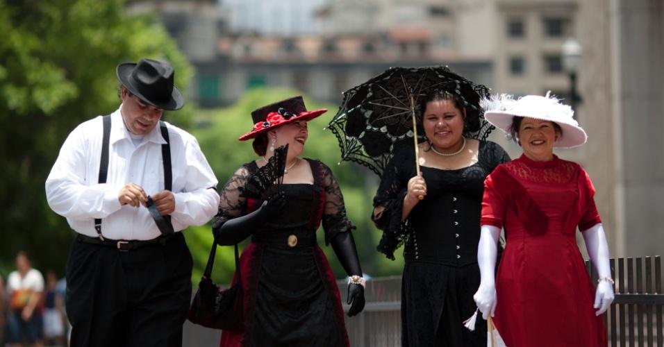 2.dez.2012 - Membros do grupo Picnic Vitoriano São Paulo fizeram uma caminhada pelo centro da cidade, vestindo roupas de época. A comunidade revive períodos históricos, como a era vitoriana, reunindo entusiastas em eventos como piqueniqies, saraus e chás