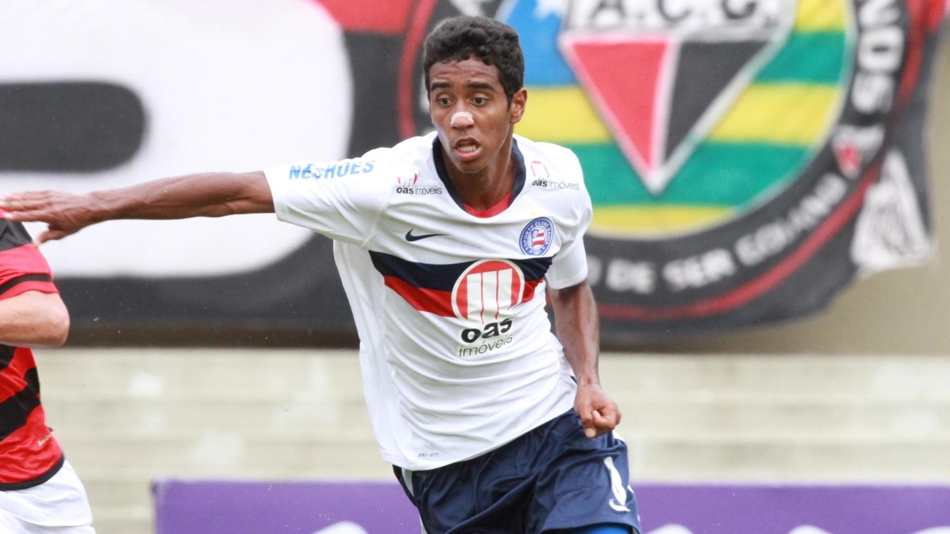 02.dez.2012 - Gabriel (dir.), do Bahia, disputa a bola com Mahatma, do Atlético-GO, em partida da última rodada do Brasileirão